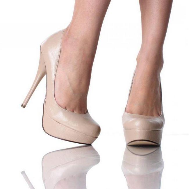 Бежевые туфли на высоком каблуке идут абсолютно всем
