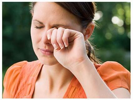 Что делать, если глаз слезится? Устранение патологии