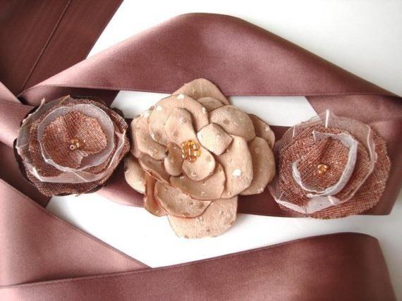 Делаем красивые цветки из атласных лент