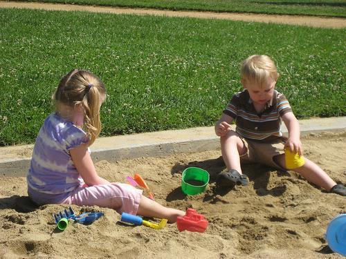 Детские песочницы для дачи: тонкости создания и дельные советы