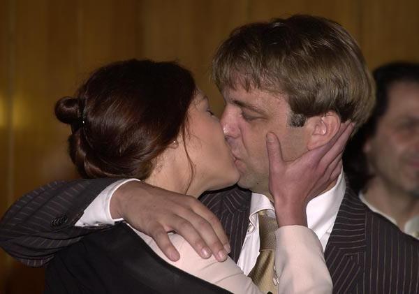 как научиться целоваться без партнера