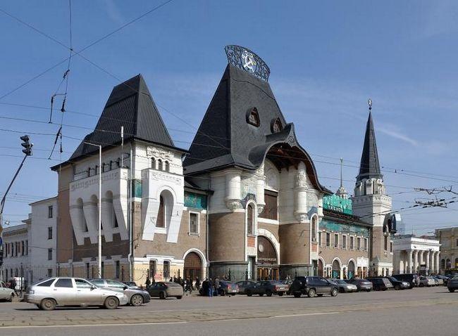 Ярославский вокзал, метро - станция комсомольская московского метрополитена.