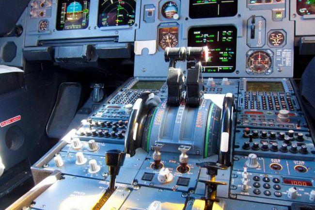 Как хакер может угнать самолет, находясь в нем?