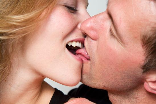 как научиться целоваться взасос
