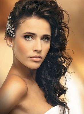 Как определить, какая прическа с распущенными волосами на выпускной вам подойдет?