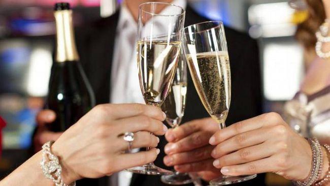 Как появилось шампанское? История праздничного напитка