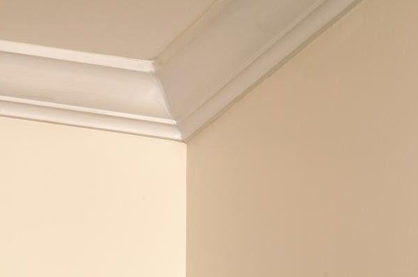 Как сделать угол потолочного плинтуса: творческое решение проблемы