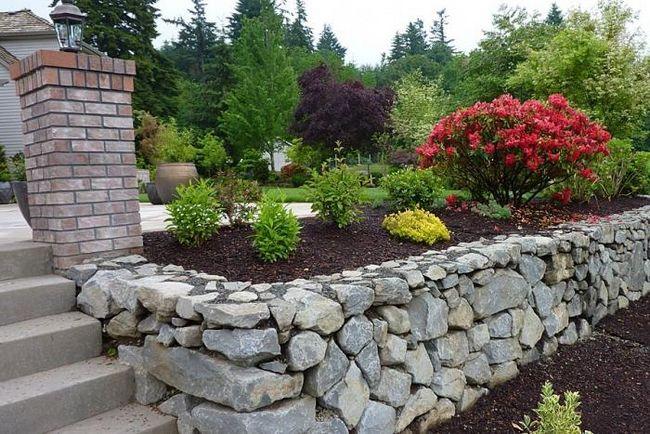 Как сделать в саду клумбы из камня своими руками?