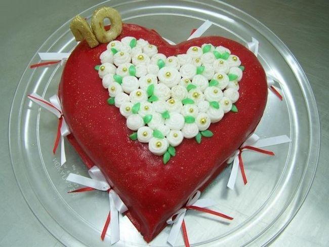 торт, украшенный цветами из мастики