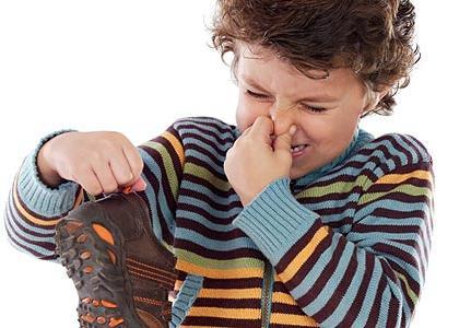 Как устранить запах в обуви: 10 советов