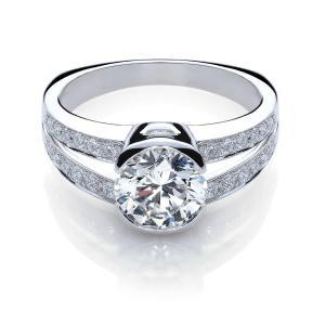 Как выбрать помолвочное кольцо с бриллиантом, чтобы избранница осталась довольна?