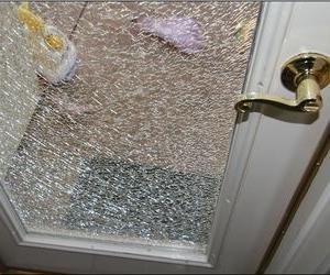 разбили стекло в двери