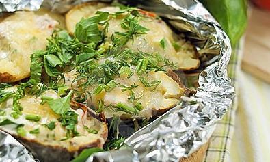 Как запекать картошку в фольге в духовке правильно и вкусно?