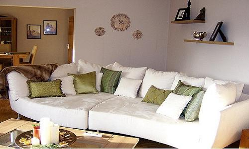 Какими могут быть покрывала на угловой диван