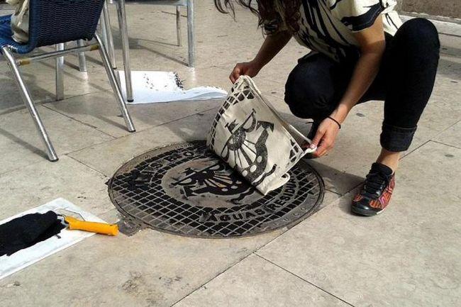 Оригинальный принт для маек и сумок в виде отпечатков люков на мостовой