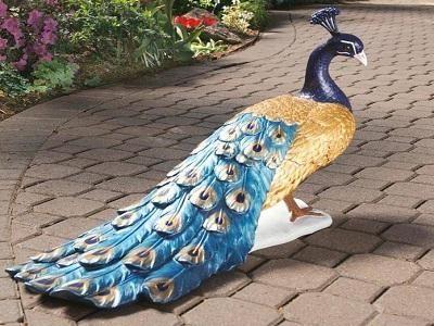 Павлин из пластиковых бутылок – фантастическое украшение для сада