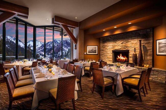 Почему в ресторанах так уютно в плохую погоду?