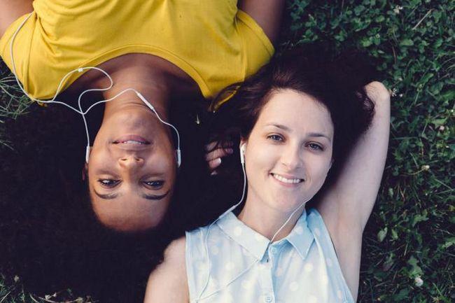 Почему женщины реже мужчин отвлекаются от дел, когда слушают музыку?
