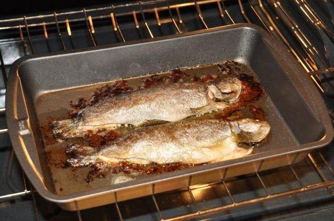 Как запечь речную рыбу карась