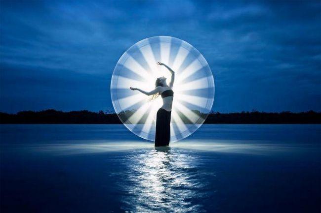 Путешествуя по миру, они создают потрясающие световые портреты