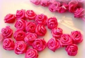 Розы из атласных лент – экстравагантное дополнение домашнего интерьера