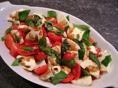 Салат с сыром моцарелла - изысканное угощение