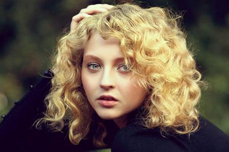 Кудрявые волосы средней длины
