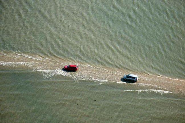 Уникальная дорога во франции дважды в день уходит под воду