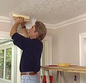 Все о том, как клеить обои на потолке